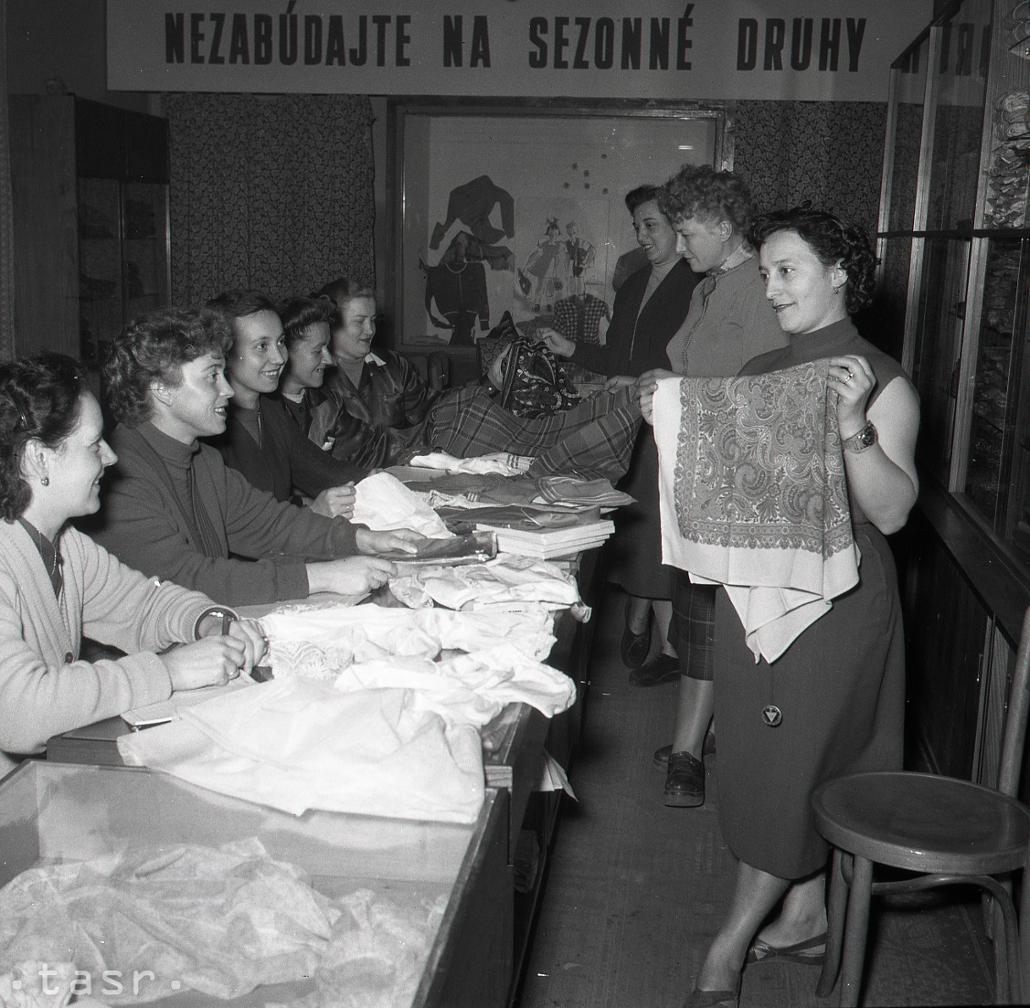 Rok 1956 Blizia Sa Vianoce Sklady Sa Plnia Vianocnym Tovarom