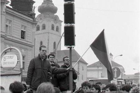 Rok 1989:Univerzitné auly a ulice našich miest sa zaplnili študentmi