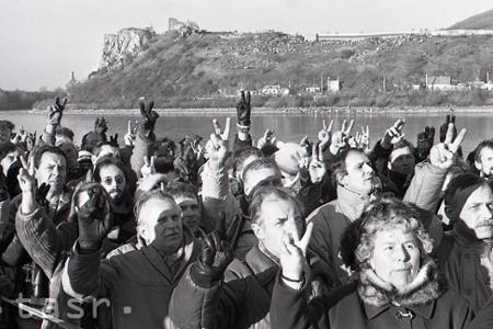 Tisíce ľudí prešli 10.decembra 1989 prvýkrát slobodne za Železnú oponu