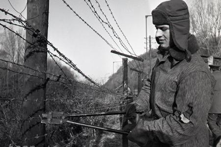 Rok 1989: Vojaci začali likvidovať železnú oponu pri Devíne
