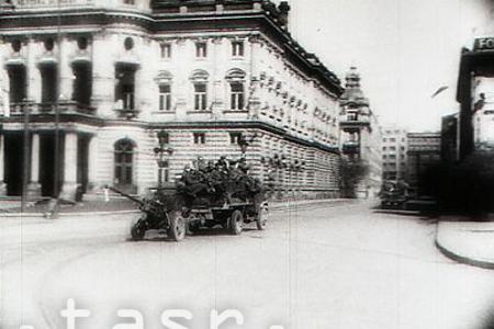 Bratislava je oslobodená, nemeckí vojaci kráčajú s rukami nad hlavou