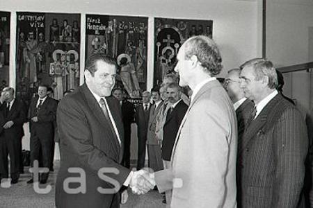 Rok 1990: Vladimír Mečiar si prevzal prvý premiérsky dekrét