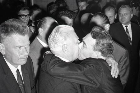 Rok 1968:Falošné objatia, bozky a slová ... blíži sa 21. august