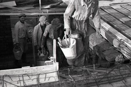 Rok 1950: V Trenčíne začali stavbári pracovať na dve zmeny