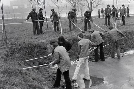 Rok 1975: Pracujúci v pracovných zmenách skrášľujú svoje okolie