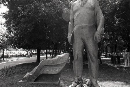 Rok 1986: V Bratislave na námestí pred SND odhalili sochu A. Bagara