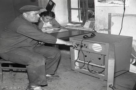 Rok 1956: Poľnohospodárom pomáha pri žatve vysielačka