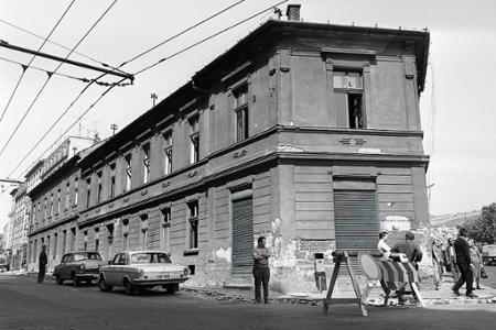 Rok 1971: Búrajú Malinovského ulicu v Bratislave