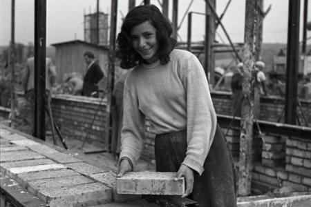 Vtedy: Ženy na stavbe Hutného kombinátu Košice