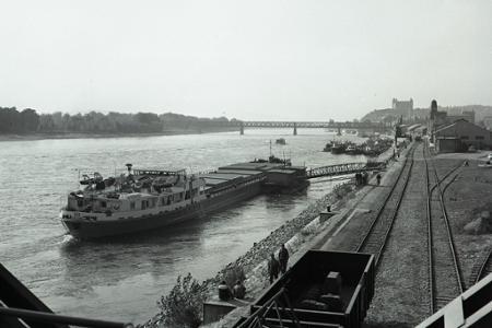 Rok 1966: Dunajské vody brázdi nová nákladná loď Váh