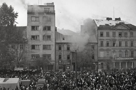 Rok 1952: Hasiči zasahujú na Hviezdoslavovom námestí v Bratislave