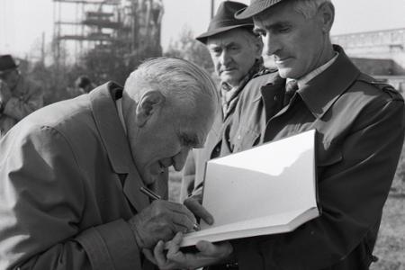 Rok 1985: V Slovnafte založili Sad cti a vernosti