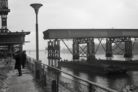 Rok 1971: Montuje sa posledný diel Mosta SNP