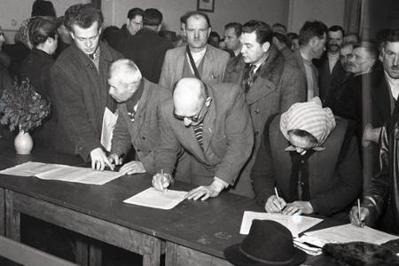 Rok 1950: Podpisujú sa prvé socialistické zmluvy JRD