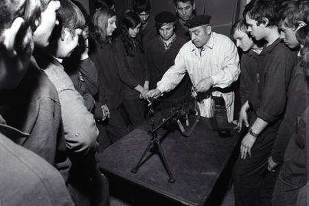 Rok 1973: Pamätníci ľudových milícií medzi trnavskými učňami