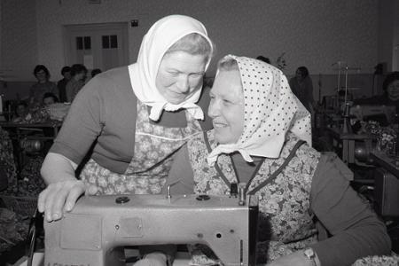 Rok 1974: Zástery z výrobného družstva Ava pozná celé ČSSR