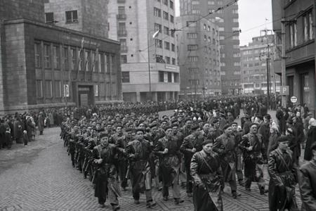 Rok 1953: Po námestiach pochodujú jednotky Ľudových milícií