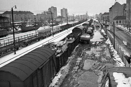 Rok 1970: Na železnici sa kopí tovar