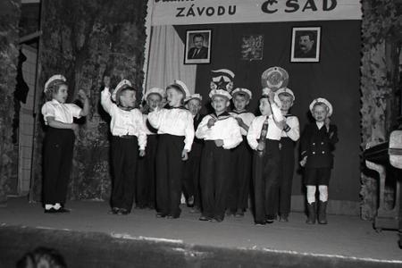 Rok 1951: Závody preberajú patronáty nad školami