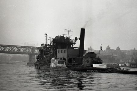 Rok 1964: Z Dunaja vytiahnu konštrukciu zbombardovaného mosta