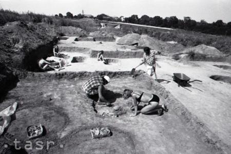 Rok 1994: Aj študentkám pri archeologickom výskume je horúco