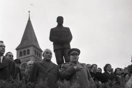 Rok 1955:Oslavy Veľkého októbra na Stalinovom námestí v Bratislave