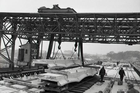 Rok 1957: Rieku Váh preklenie nový cestný most