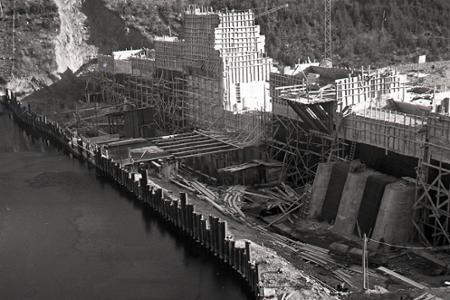 Rok 1953: Stavba priehrady na Hnilci úspešne napreduje