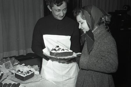 Rok 1957: Darček podniku Reštaurácie a jedálne ženám k MDŽ