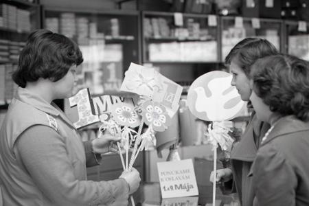 Rok 1977: Papiernictvá už ponúkajú mávatká do prvomájových sprievodov