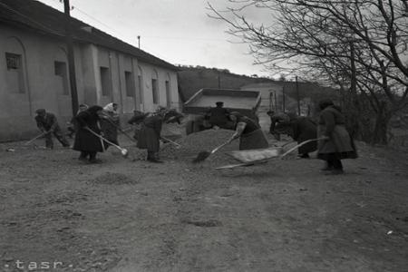 Rok 1955: Pracujúci a mládež zveľaďujú svoje mestá a obce