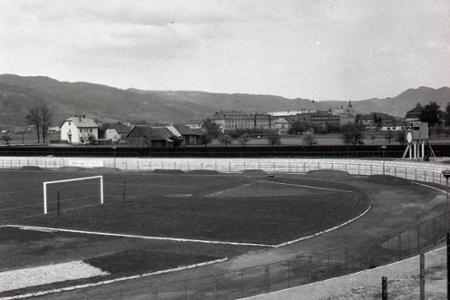 Rok 1957: Púchovčania oslávia 1. máj na novom štadióne