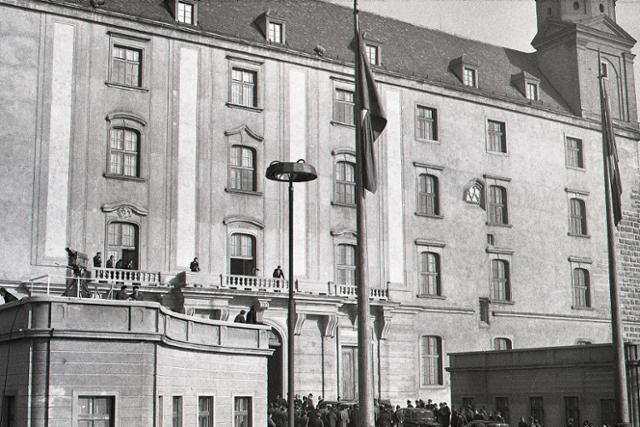 Slávnostný podpis zákona o československej federácii v Bratislave - fotografie - Vtedy