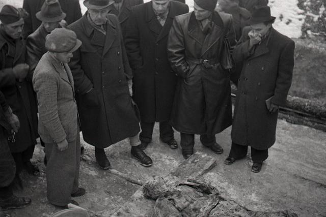 Rok 1947: Exhumácia masových hrobov v Zemianskych Kostoľanoch - fotografie - Vtedy