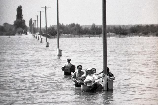 1965:Celá republika sleduje zatopený juh Slovenska - fotografie - Vtedy