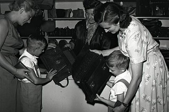 Rok 1955:  Každá mamička chce mať najkrajšieho školáka - fotografie - Vtedy