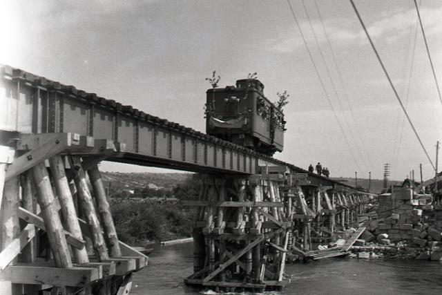 Rok 1945:V Hlohovci dali do prevádzky vojnou zničený most - fotografie - Vtedy