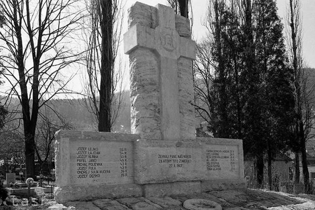 Obete černovskej tragédie pripomína pomník na miestnom cintoríne - fotografie - Vtedy