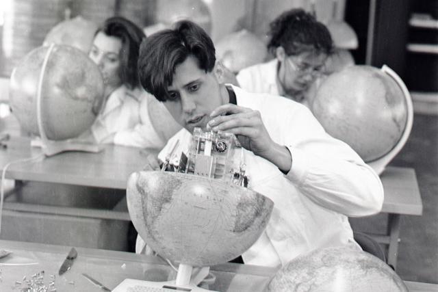 Rok 1991: V Skalici vyrábajú inteligentné glóbusy Geograph 2 - fotografie - Vtedy