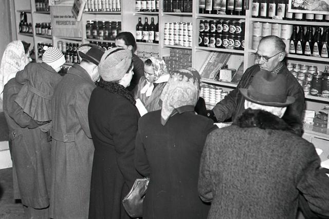 Rok 1954: Prvé donášky potravín do domov a bytov - fotografie - Vtedy