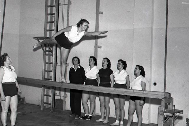 Rok 1951: Prebieha Večer otvorených telocviční Sokolskej jednoty  - fotografie - Vtedy
