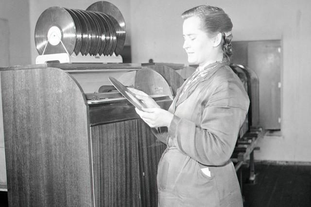Rok 1956: Gramofóny z Vrábeľ vyvážajú aj do Číny - fotografie - Vtedy