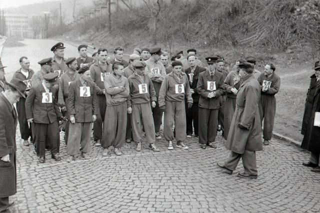 Rok 1956: Výberové preteky poštárov v športovej chôdzi - fotografie - Vtedy