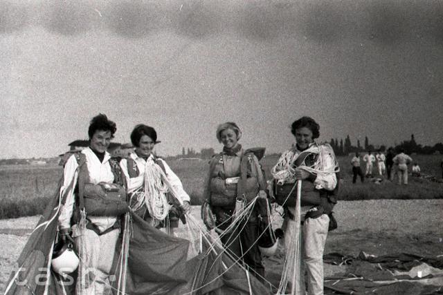 Rok 1968: Čs. parašutistky vytvorili svetový rekord  - fotografie - Vtedy