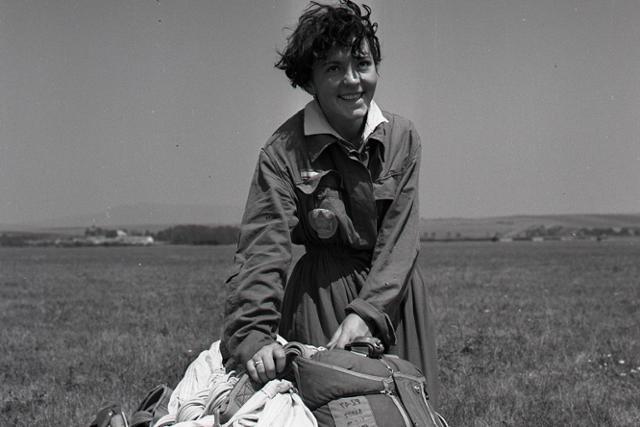 Rok 1957: Majstrovská Slovenska v zoskoku padákom - fotografie - Vtedy