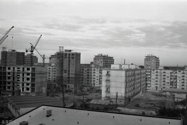 Rok 1961: Na uliciFebruárového víťazstva v Bratislave stavajú nové byty - fotografie - Vtedy