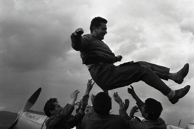 Rok 1960: Bratislava hostí I. Majstrovstvá sveta v leteckej akrobacii - fotografie - Vtedy