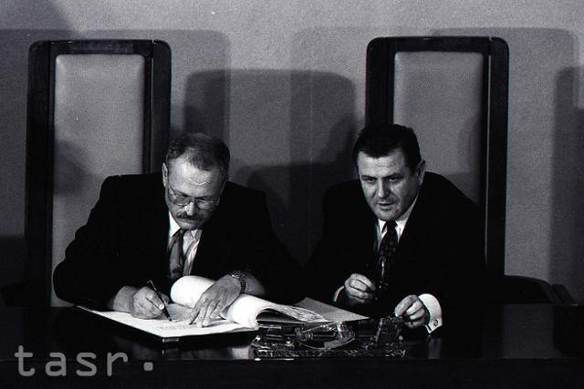 Rok 1993: Podpis Ústavy Slovenskej republiky - fotografie - Vtedy