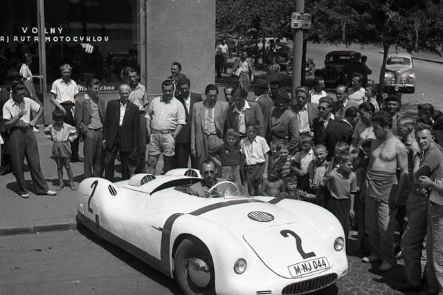 Rok 1950:  Pretekársky Tatraplán – výrobok znárodneného priemyslu - fotografie - Vtedy