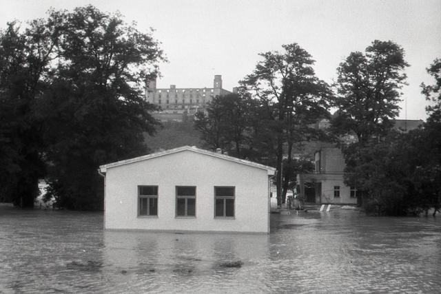 Rok 1954: Vody Dunaja zaplavili rozsiahle územie - fotografie - Vtedy